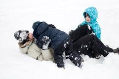 κατσίκια μπαμπάδων που παίζουν το χιόνι Στοκ φωτογραφία με δικαίωμα ελεύθερης χρήσης