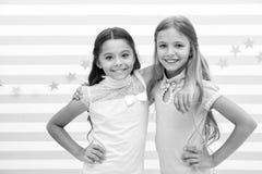 κατσίκια μόδας τα μικρά όμορφα κορίτσια καταδεικνύουν τη μόδα παιδιών μικρά κορίτσια με το χαμόγελο στα πρόσωπα στοκ εικόνα με δικαίωμα ελεύθερης χρήσης