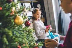 Κατσίκια που κρατούν τα δώρα Χριστουγέννων στοκ φωτογραφία με δικαίωμα ελεύθερης χρήσης