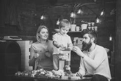 κατσίκια που παίζουν τα παιχνίδια Εκπαιδευτική έννοια παιχνιδιών Γονείς και ο γιος τους που παίζουν με τους πλαστικούς φραγμούς M Στοκ Εικόνες