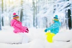 κατσίκια που παίζουν το &ch Τα παιδιά παίζουν υπαίθρια στις χειμερινές χιονοπτώσεις Στοκ εικόνες με δικαίωμα ελεύθερης χρήσης