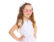 κατσίκι μόδας Όμορφο μικρό κορίτσι στα ρόδινα γυαλιά ηλίου Στοκ Εικόνες