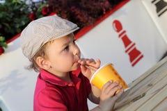 κατσίκι χυμού κατανάλωση&s Στοκ φωτογραφία με δικαίωμα ελεύθερης χρήσης