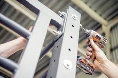 Κατσαβίδι εργασίας στα μπουλόνια βιδών στοκ φωτογραφία με δικαίωμα ελεύθερης χρήσης