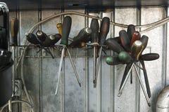 Κατσαβίδια σε μια στάση σε ένα βρώμικο εργαστήριο Στοκ Φωτογραφία