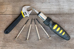 Κατσαβίδι και κλειδαριά στο ξύλο Στοκ Εικόνες