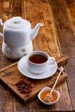 Κατσαρόλα με ένα ζεστό ποτό ξηρών rosehips και του μελιού τσάι ζωής ακόμα διάστημα αντιγράφων στοκ φωτογραφία