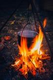 Κατσαρόλα στην πυρκαγιά στη φύση στοκ φωτογραφία με δικαίωμα ελεύθερης χρήσης
