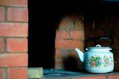 Κατσαρόλα στο ρωσικό παλαιό τούβλινο φούρνο στοκ εικόνες