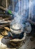 Κατσαρόλα στο φυσικό καυσόξυλο σομπών Στοκ εικόνα με δικαίωμα ελεύθερης χρήσης