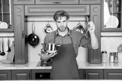 Κατσαρόλλα και καπάκι λαβής ατόμων μαγείρων στην κουζίνα στοκ εικόνες