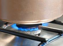 Κατσαρόλλα που θερμαίνεται hob αερίου Στοκ Εικόνες