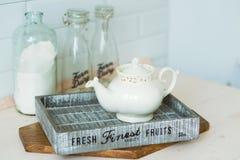 Κατσαρόλα σε έναν ξύλινο δίσκο, στον πίνακα κουζινών Στοκ Εικόνες