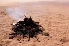 Κατσαρόλα στην πυρκαγιά στην έρημο Στοκ φωτογραφία με δικαίωμα ελεύθερης χρήσης