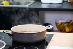 Κατσαρόλλα στο πιάτο Στοκ Φωτογραφία