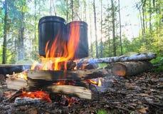 Κατσαρόλες στην πυρκαγιά στο ξύλο Στοκ Φωτογραφίες