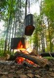 Κατσαρόλες στην πυρκαγιά στο ξύλο Στοκ Φωτογραφία