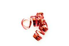 Κατσαρώνοντας κορδέλλα που απομονώνεται κόκκινη στο λευκό Στοκ Φωτογραφίες