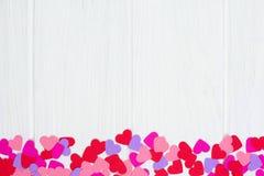 Κατώτατα σύνορα καρδιών εγγράφου ημέρας βαλεντίνων ενάντια στο άσπρο ξύλο στοκ φωτογραφία με δικαίωμα ελεύθερης χρήσης