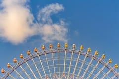 Κατώτατη άποψη, γιγαντιαία ρόδα ferris ενάντια στο μπλε ουρανό Στοκ Εικόνες