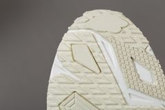 Κατώτατη άποψη ενός μπεζ πέλματος των πάνινων παπουτσιών στοκ φωτογραφία με δικαίωμα ελεύθερης χρήσης