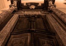 Κατώτατη άποψη μιας εκλεκτής ποιότητας πόρτας στοκ εικόνα