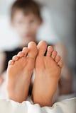 Κατώτατη άποψη σχετικά με το ζευγάρι των ποδιών Στοκ Εικόνες