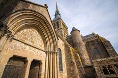 Κατώτατη άποψη σχετικά με το κώνο αβαείων του Saint-Michel, τον πύργο και την είσοδο, Γαλλία Στοκ φωτογραφία με δικαίωμα ελεύθερης χρήσης