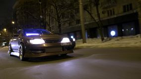 Κατώτατη άποψη της δροσερής οδήγησης αυτοκινήτων στην πόλη νύχτας r Ο λαμπρός σκοτεινός χρυσός τελειώνει με ακτινοβολεί στην οδήγ φιλμ μικρού μήκους