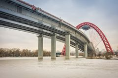Κατώτατη άποψη της οδικής γέφυρας με μια κόκκινη αψίδα, η γραφική γέφυρα πέρα από τον ποταμό της Μόσχας, στοκ φωτογραφίες με δικαίωμα ελεύθερης χρήσης