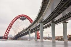 Κατώτατη άποψη της οδικής γέφυρας με μια κόκκινη αψίδα στοκ εικόνα