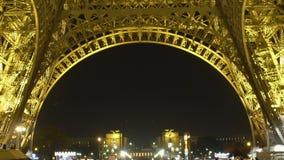 Κατώτατη άποψη της φωτισμένης νύχτας πύργων του Άιφελ, κατασκευή χάλυβα, σύμβολο πόλεων απόθεμα βίντεο