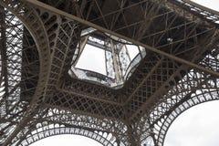 Κατώτατη άποψη της χαμηλότερης σειράς του πύργου του Άιφελ Στοκ φωτογραφία με δικαίωμα ελεύθερης χρήσης
