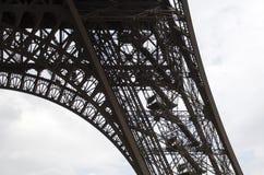 Κατώτατη άποψη της χαμηλότερης σειράς του πύργου του Άιφελ Στοκ Εικόνα