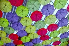 Κατώτατη άποψη του ζωηρόχρωμου υποβάθρου ομπρελών αφθονίας στην ανώτατη στέγη στοκ εικόνα