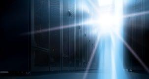 Κατώτατη άποψη του κεντρικού υπολογιστή ραφιών ενάντια στο φως νέου στο κέντρο δεδομένων με το διαμέρισμα του τομέα στοκ φωτογραφία