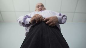 Κατώτατη άποψη του παχύσαρκου αρσενικού που τα εσώρουχά του με τη μεγάλη προσπάθεια, υπέρβαρη απόθεμα βίντεο