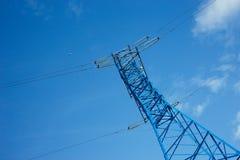 κατώτατη άποψη του πύργου των πλεγμάτων δύναμης στο υπόβαθρο μπλε ουρανού, υψηλή τάση, έννοια ηλεκτρικής ενέργειας στοκ εικόνες