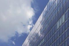 Κατώτατη άποψη του σύγχρονου, κτηρίου γυαλιού Στοκ Εικόνες