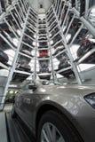 Κατώτατη άποψη του δωματίου με τα αυτοκίνητα στοκ φωτογραφίες με δικαίωμα ελεύθερης χρήσης