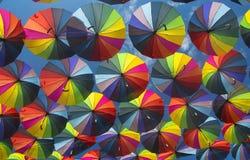Κατώτατη άποψη υποβάθρου ομπρελών αφθονίας ζωηρόχρωμη στοκ φωτογραφίες με δικαίωμα ελεύθερης χρήσης