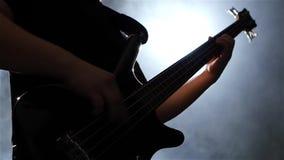 Κατώτατη όψη Κιθάρα Grif με τις σειρές Ο μουσικός παίζει τη μουσική απόθεμα βίντεο