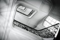Κατώτατο σημείο άποψης επάνω στην όμορφη σκάλα πολυτέλειας με τα ξύλινα κιγκλιδώματα στοκ φωτογραφίες