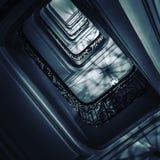 Κατώτατο σημείο άποψης επάνω στην όμορφη σκάλα πολυτέλειας με τα ξύλινα κιγκλιδώματα στοκ εικόνα