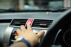Κατώτατο σημείο έκτακτης ανάγκης ώθησης ατόμων στο αυτοκίνητο Στοκ Φωτογραφία