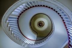 Κατώτατο σημείο επάνω στην άποψη της συμμετρικής σπειροειδούς σκάλας στο παλαιό κτήριο στοκ εικόνες