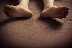 Κατώτατο σημείο των βρώμικων ποδιών στο έδαφος Στοκ εικόνες με δικαίωμα ελεύθερης χρήσης