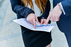 Κατώτερη ανώτερη δυναμική που συμβουλεύεται τα εμπορικά έγγραφα Στοκ εικόνα με δικαίωμα ελεύθερης χρήσης