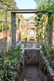 Κατώφλι μιας βίλας με έναν όμορφο κήπο στη archeological περιοχή της Πομπηίας Στοκ εικόνα με δικαίωμα ελεύθερης χρήσης