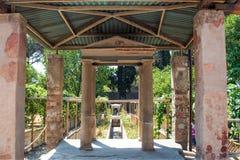 Κατώφλι μιας βίλας με έναν όμορφο κήπο στη archeological περιοχή της Πομπηίας Στοκ φωτογραφία με δικαίωμα ελεύθερης χρήσης